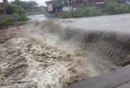 Lội sông tới trường, 7 học sinh bị nước lũ cuốn trôi