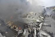 Lửa dữ dội trùm kho hàng 1.000 m2 ở làng lụa Hà Đông