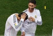 Ronaldo bị CĐV Atletico trả thù bằng bật lửa