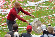 Pep Guardiola đánh rơi đĩa bạc trong lễ đăng quang