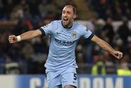 Man City lách qua khe cửa hẹp, Chelsea vững ngôi đầu