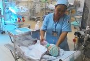 Bộ trưởng Y tế khen y, bác sỹ cứu bé sơ sinh văng khỏi bụng mẹ