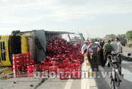 Nổ lốp xe tải, hàng trăm két bia tung tóe trên QL 1A