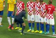 """Trọng tài Nhật Bản """"phun bọt"""" ngăn cầu thủ Croatia!"""