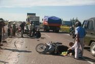 Băng qua Quốc lộ 1 mua thức ăn, bị xe tông gãy chân