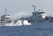 Tàu Trung Quốc dàn hàng ngang đồng loạt tăng tốc, hú còi