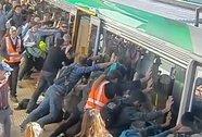 Hành khách xúm vào đẩy nghiêng xe lửa cứu người