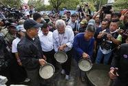 Bà Yingluck bị bao vây