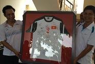 Tặng áo U19 cho Công an TP Mỹ Tho