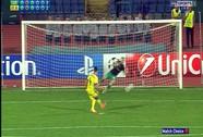 Hậu vệ thay thủ môn cản phá 2 quả sút 11 m ở Champions League
