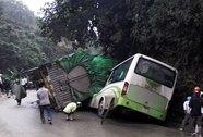 Hai người chết trong vụ xe tải chở gạo đè bẹp xe khách
