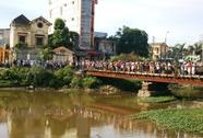 Thi thể phụ nữ trôi sông với hai chân co gập