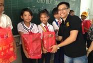 Savills Việt Nam tặng quà cho trẻ em nghèo ở Tây Ninh