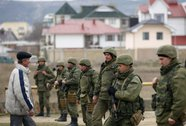 Hàng trăm tay súng bao vây căn cứ Ukraine