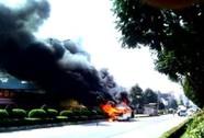 Xe khách chở 12 bệnh nhân bốc cháy dữ dội giữa đường