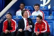 Van Gaal bị cầu thủ chửi: Nội bộ M.U đang rối ren?