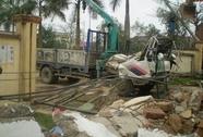 Xe cẩu húc đổ cổng Trung tâm Văn hoá huyện, 3 người thiệt mạng