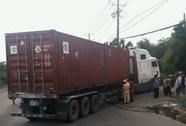 Bất ngờ ôm cua, xe container tông chết người đi xe máy
