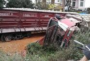 Tông xe tải chở đất, tài xế tàu hỏa chở đá gãy chân