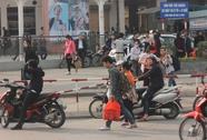 """Người dân """"tay xách nách mang"""" đổ về Hà Nội"""