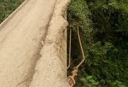 Rùng mình đi qua cầu gãy lan can, trồi sắt thép