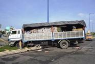 Xe tải mất lái tông người, suýt lao xuống kênh Tàu Hũ