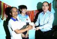 Tặng sổ tiết kiệm cho VĐV Nguyễn Thị Huyền