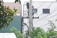 Thanh niên leo lên cột điện ngồi, đi lại trên dây điện suốt 12 giờ