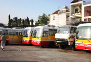Hàng chục xe buýt công... phơi mưa nắng