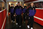 """Người hâm mộ được """"đột nhập"""" vào phòng thay đồ của Arsenal, Liverpool"""