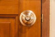 Đột nhập nhà, thay khóa nhốt chủ ở ngoài