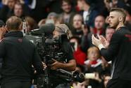 Hành động lạ của De Gea khiến fan M.U lo lắng