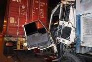 Tông đuôi container, tài xế xe tải kẹt trong cabin