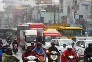 Giao thông hỗn loạn quanh ngã tư Hàng Xanh vì người trú mưa