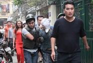"""Chục cảnh sát đột kích khống chế thanh niên """"ngáo đá"""""""