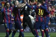 Messi lập hat-trick, Barcelona lên ngôi đầu