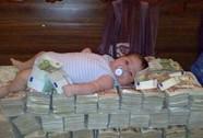 Tục vui ngày tết: Nằm trên đống tiền, cầu tài lộc