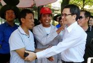 Phó Thủ tướng thăm hỏi phụ huynh, tình nguyện viên dưới nắng nóng