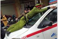 Hà Nội: Công an bị taxi đi vào đường cấm hất lên nắp ca-pô