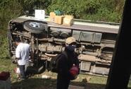 Lật xe khách, 15 người thoát chết trong gang tấc
