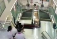 """Bị thang máy """"nuốt chửng"""", mẹ vẫn cố cứu con"""