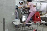 Mang bàn tay dập nát kẹt trong máy xay thịt đến bệnh viện
