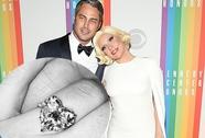 Lady Gaga khoe nhẫn, xác nhận đính hôn