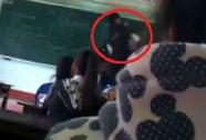 Nữ sinh túm tóc, đánh giáo viên ngay trên bục giảng