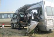 Máy trộn bê tông đập vào sườn xe, hành khách văng ra ngoài