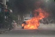 Xế hộp bất ngờ bốc cháy dữ dội, tài xế đạp cửa thoát thân