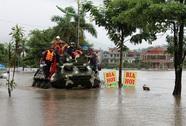 """Điều xe đặc chủng hải quân """"giải cứu"""" người dân bị ngập sâu"""