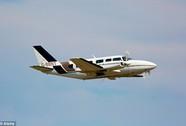 Hai máy bay gần đấu đầu, phi công vẫn cúi nhặt túi nôn