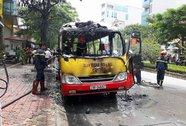 Xe buýt nổ rồi bốc cháy dữ dội, hành khách tháo chạy