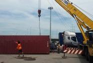 Thùng container rơi, vòng xoay Phú Hữu náo loạn
